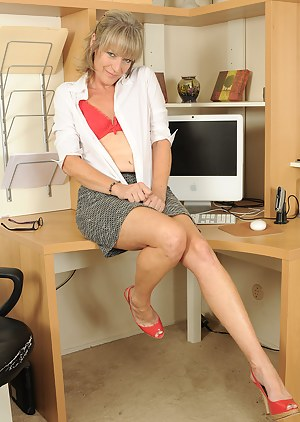 Free MILF Office Porn Pictures